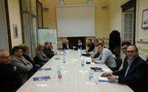 Il tavolo di lavoro della prima assemblea COSMAR (Genova, aula Ostro della Accademia Marina Mercantile, 9 gennaio 2016)